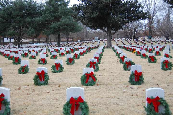 U.S. veterans' cemetery decorated for Christmas. (source unknown)