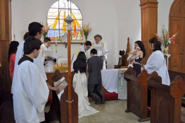 Fr. Luiz officiating at his first wedding, between Everton and Daniela, in Rio de Janeiro. (via Facebook)