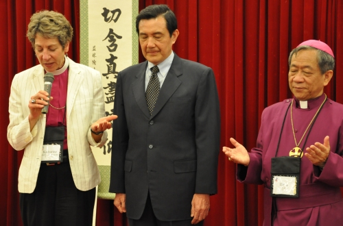 The Presiding Bishop of The Episcopal Church Katharine Jefferts Schori led prayers for the Church in Taiwan as the 17-nation House of Bishops convened Wednesday in Taipei. Next to her is Ma Ying-jeou, President of Taiwan, and David Jung-Hsin Lai, the local bishop and host. (Mary Frances Schjonberg/Episcopal News Service)