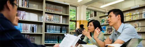 Students in the library at Ming Hua Theological College, Hong Kong. (college website)