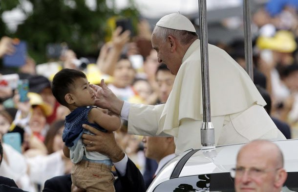Pope Francis blessing a child before the closing Mass of his visit to the Philippines. (Reuters)