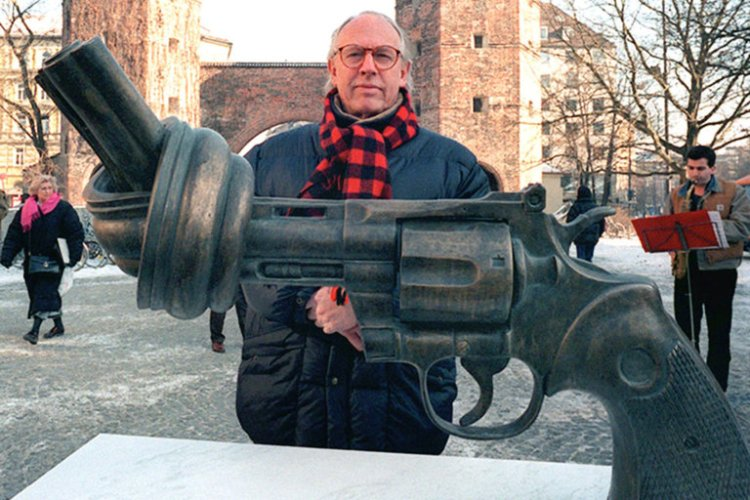 "Carl Fredrik Reutersward, the Swedish sculptor of ""Non-Violence,"" has died. Seen here in Munich with his iconic piece, he came up with the idea after John Lennon was shot. The original work was placed in New York's Central Park opposite the apartment building where Lennon was killed; now it's located at the United Nations headquarters, as well as 30 other cities around the world. Happy Mother's Day. (Istvan Bajzat/Picture-Alliance/dpa)"