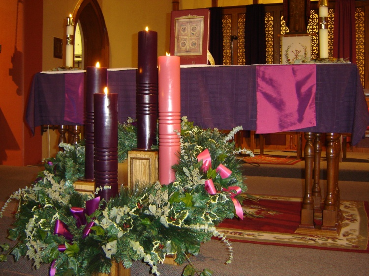 People love to opine about the best colors to use in an Advent wreath; violet and blue are the most common, but observing a season of preparation by marking the passing Sundays is more important than what colors we use. (found on Pinterest)