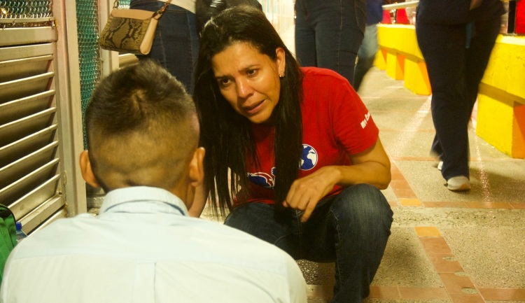 dbe043f164e4 A volunteer provides emotional support and tips for Central American  immigrants on the Gateway Bridge between Brownsville